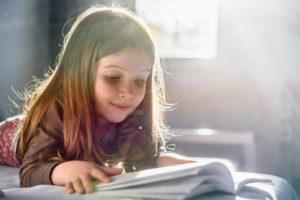 Les enfants découvrent la lecture