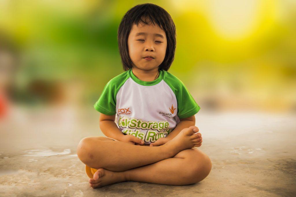 enfant medite